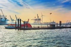 Amburgo, Germania Vista del porto alla sera Fotografia Stock