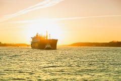 Amburgo, nave di spavento è rimorchiata in barca del rimorchiatore, Elba Fotografia Stock