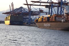 Amburgo - navi portacontainer a Burchardkai terminale Fotografie Stock