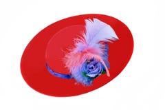 amd γυναικείο πορφυρό κόκκινο καπέλων φτερών Στοκ εικόνες με δικαίωμα ελεύθερης χρήσης