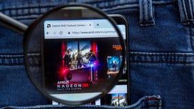 AMD-Websitehomepage AMD-Logo sichtbar an auf der Smartphoneanzeige lizenzfreie stockfotos