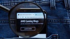 AMD-Websitehomepage AMD-Logo sichtbar an auf der Smartphoneanzeige stockfotografie