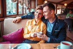 Ame abraços dos pares e vista da janela fotos de stock royalty free