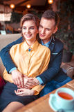 Ame abraços dos pares e vista da janela foto de stock