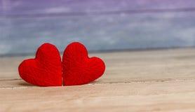 Ame corações no fundo de madeira da textura, conceito do cartão do dia de Valentim fundo original do coração Imagens de Stock