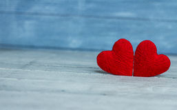 Ame corações no fundo de madeira da textura, conceito do cartão do dia de Valentim fundo original do coração Imagem de Stock Royalty Free