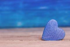 Ame corações no fundo de madeira da textura, conceito do cartão do dia de Valentim fundo original do coração Fotos de Stock