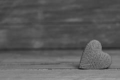 Ame corações no fundo de madeira da textura, conceito do cartão do dia de Valentim fundo original do coração Fotografia de Stock