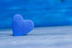 Ame corações no fundo de madeira da textura, conceito do cartão do dia de Valentim fundo original do coração Imagens de Stock Royalty Free