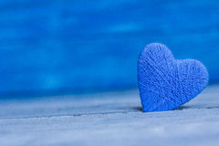 Ame corações no fundo de madeira da textura, conceito do cartão do dia de Valentim fundo original do coração Imagem de Stock