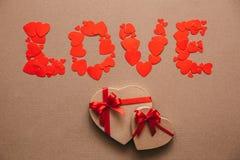 Ame de corazones y de cajas de regalo en la forma de corazones Regalos para el día de tarjeta del día de San Valentín Imagen de archivo