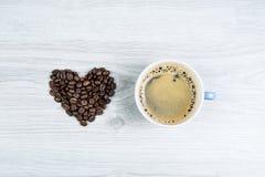 Ame el café, un corazón con una taza de café Imagen de archivo libre de regalías