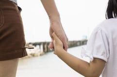 Ame el concepto al aire libre de las manos del corazón del parenting del cuidado de la relación Imagen de archivo libre de regalías
