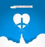 Ame el concepto del viaje con el aeroplano en forma del corazón en fondo azul Imagen de archivo