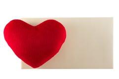 Ame el corazón con la tarjeta en blanco aislada en blanco Imagen de archivo