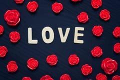 Ame el corazón en el fondo negro de madera, concepto del día de tarjetas del día de San Valentín Foto de archivo libre de regalías