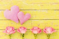 Ame el fondo con dos corazones y flores románticas Imagen de archivo libre de regalías