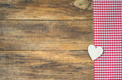 Ame el fondo con el corazón de madera en tela a cuadros roja rústica foto de archivo