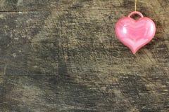Ame el icono del corazón en viejo fondo de madera resistido rústico del grunge Imagen de archivo
