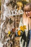 ame el otoño, los colores y a la muchacha Imagen de archivo