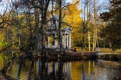 Ame el pabellón del islote en el parque del paisaje de Kemeri, Letonia imagen de archivo