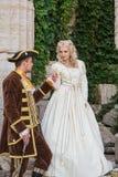 Ame el príncipe y a la princesa en las escaleras del castillo fotos de archivo