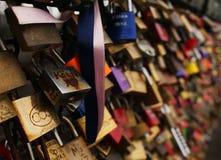 Ame fechamentos na ponte de Hohenzollern na água de Colônia Foto de Stock