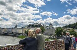 Ame fechamentos na ponte de Makartsteg sobre o rio de Salzach em Salzburg imagens de stock royalty free