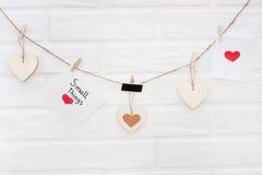 Ame a festão dos Valentim com parede de tijolo em um fundo ` Pequeno das coisas do ` sábio da frase imagens de stock