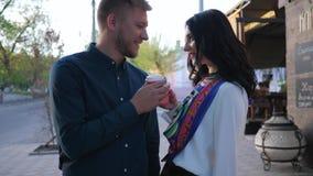 Ame, hombre atractivo y mujer encontrados en la calle durante tiempo del café metrajes
