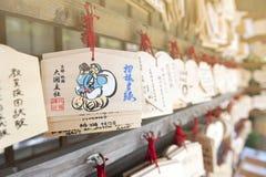 AME japonés o pequeñas placas votivas de madera que cuelgan para arriba en una capilla Imágenes de archivo libres de regalías