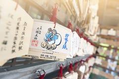 AME japonés o pequeñas placas votivas de madera que cuelgan para arriba en una capilla Fotos de archivo libres de regalías