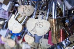 Ame la cerradura en un puente en símbolo del amor de la conexión de la eternidad de París, Francia fotos de archivo