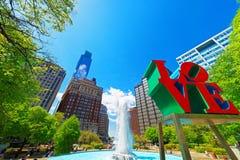 Ame la escultura en el parque del amor en el PA de Philadelphia Imagenes de archivo