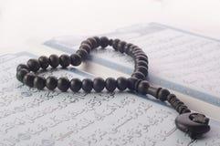 Ame la forma Tasbih (gotas) en Quran santo Fotos de archivo