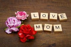 Ame la fraseología de la mamá con concepto color de rosa del día del ` s de la madre de las flores Imágenes de archivo libres de regalías