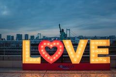 Ame la muestra con las luces, la estatua de la libertad japonesa y el puente del arco iris en la hora azul imagen de archivo libre de regalías