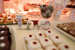 AME la muestra en una tabla por completo con los dulces Fotografía de archivo libre de regalías