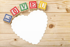 Ame la tarjeta de las tarjetas del día de San Valentín de U en fondo de madera de pino Foto de archivo libre de regalías