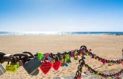 Ame las cerraduras, la playa y el océano en el paseo marítimo de Puerto del Carmen, Lanzarote Foto de archivo