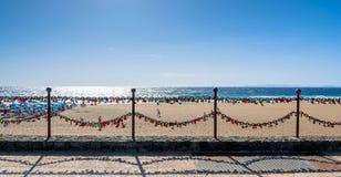 Ame las cerraduras, la playa y el océano en el paseo marítimo de Puerto del Carmen, Lanzarote Fotos de archivo libres de regalías