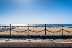 Ame las cerraduras, la playa y el océano en el paseo marítimo de Puerto del Carmen, Lanzarote Fotos de archivo