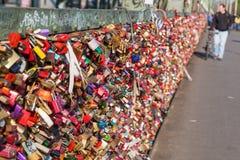 Ame los armarios en el puente de Hohenzollern en Colonia, Alemania Fotos de archivo