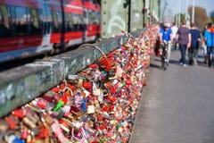 Ame los armarios en el puente de Hohenzollern en Colonia, Alemania Fotos de archivo libres de regalías
