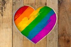 Ame los colores pintados del orgullo del arco iris del marco de madera del corazón de las tarjetas del día de San Valentín Fotos de archivo libres de regalías