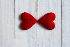 Ame los corazones en el fondo de madera de la textura, concepto de la tarjeta del día de tarjetas del día de San Valentín fondo o Imagenes de archivo