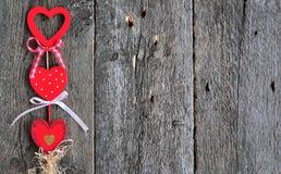 Ame los corazones hechos a mano en el fondo de madera de la textura, concepto de la tarjeta del día de tarjetas del día de San Va Imagen de archivo