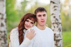 Ame, los pares felices en el parque con los árboles de abedul, verano, soles del otoño Imágenes de archivo libres de regalías
