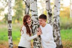 Ame, los pares felices en el parque con los árboles de abedul, verano, soles del otoño Fotos de archivo