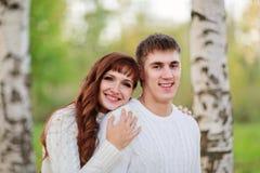 Ame, los pares felices en el parque con los árboles de abedul, verano, soles del otoño Fotos de archivo libres de regalías